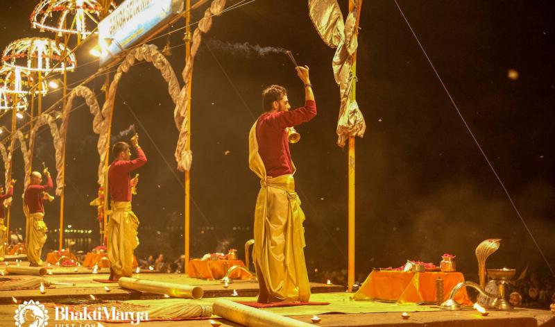 Guruji geeft Darshan in Varanasi en gaat op pelgrimsreis